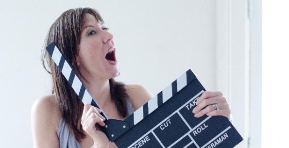 映画を撮る女性