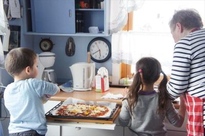 ピザを食べる親子